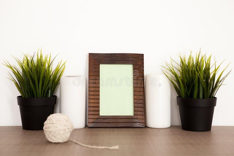 Stara rocznik fotografii rama obok dwa garnków z trawą i candels obrazy stock