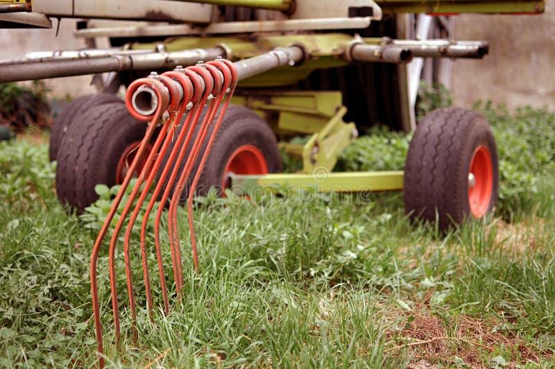 Stara rolnicza maszyna z rdzą na nim, nieociosany rolny wyposażenie zdjęcia royalty free