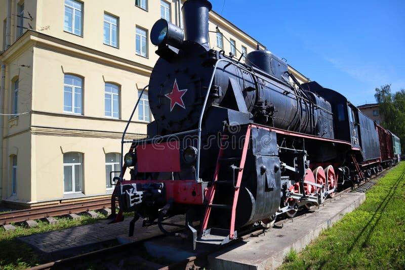 Stara rosyjska sowiecka parowa lokomotywa z furgonami zdjęcie stock