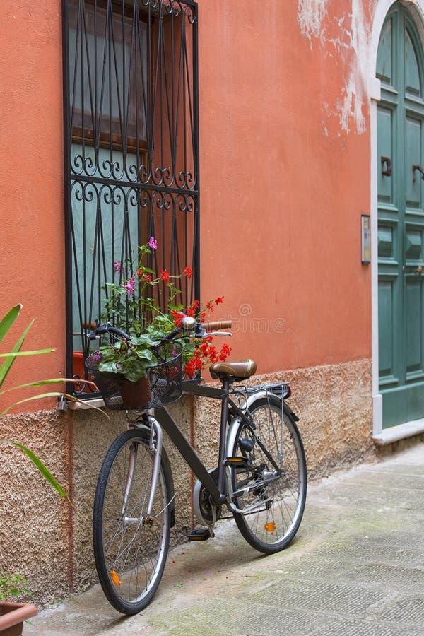 Stara rower pozycja w typowej włocha przesmyka ulicie, Portovenere, Włochy obrazy royalty free