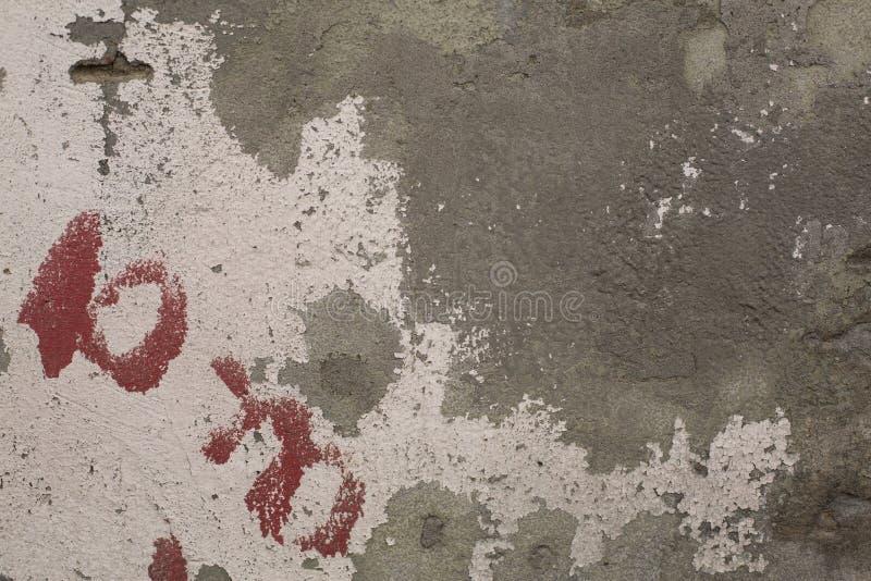 Stara rozdrabnianie farba na szarość gipsuje betonowej ściany teksturę zdjęcie stock