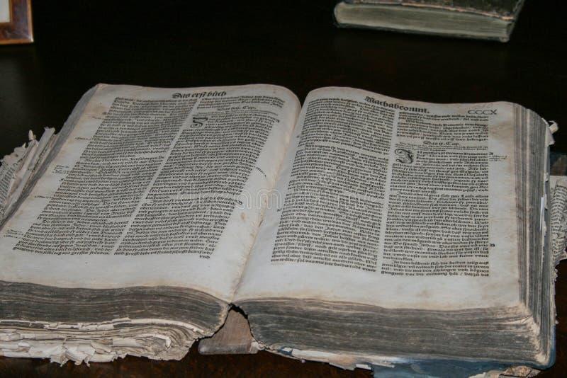 Stara rozpieczętowana książka zamknięta w górę wewnętrzny muzeum zdjęcie royalty free