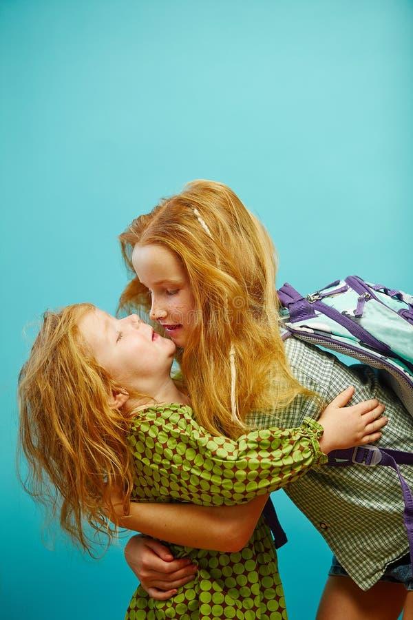 Stara rudzielec siostra dziesięć rok młody ściska kuzynu zdjęcie royalty free