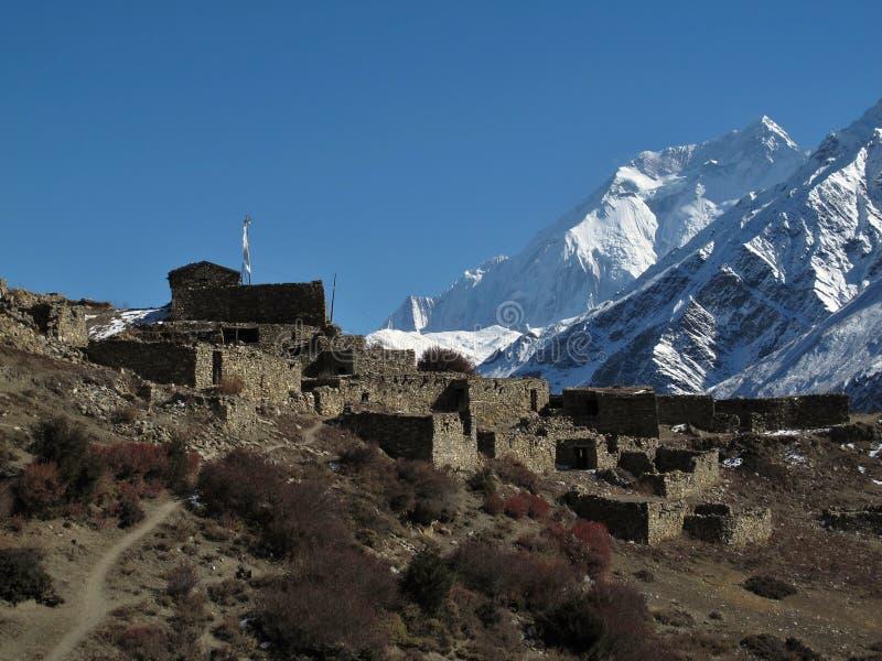 Stara rujnująca wioska Dwa i Annapurna obraz royalty free
