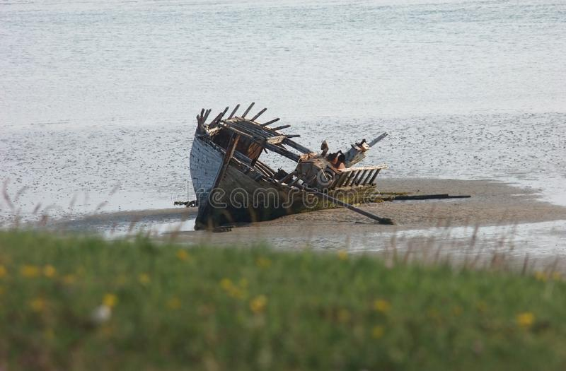 Stara rujnuj?ca ??dkowaty statek wyrzuca? na brzeg Magherclogher pla?a Co Donegal, Irlandia obrazy royalty free