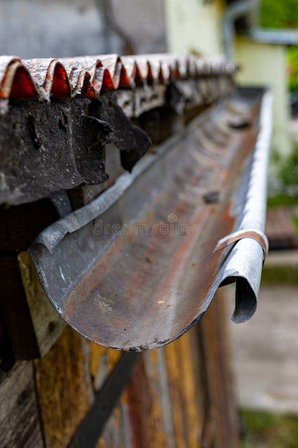 Stara rynna w oddzielnym domu Deszczówka drenaż od dachu obrazy stock
