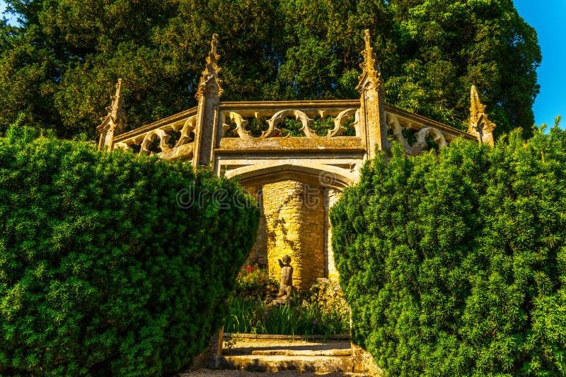 Stara rzeźba na piedestale, pięknie utrzymany stary artisti obraz royalty free