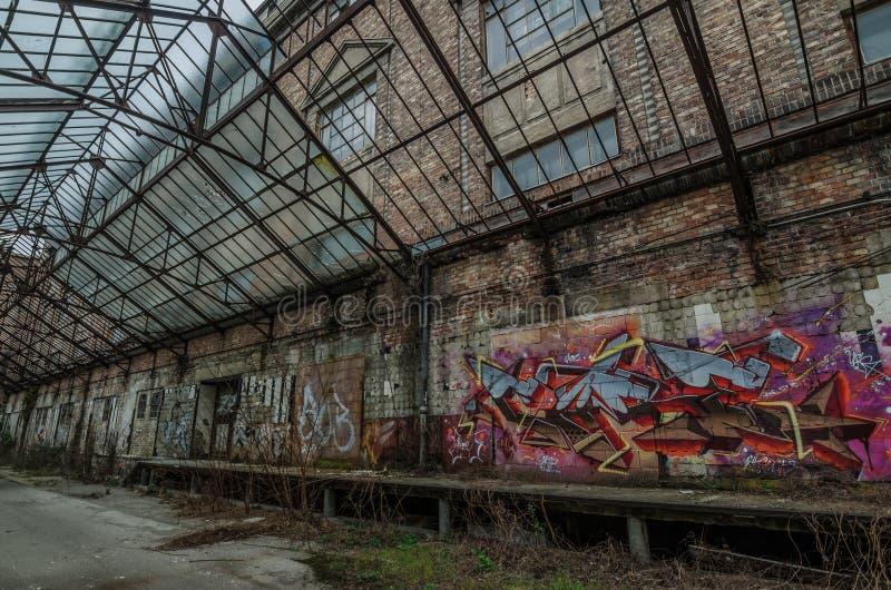 Stara sala z graffiti fotografia stock