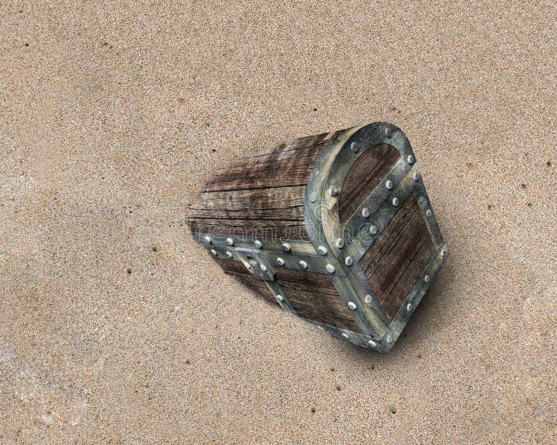 Stara skarb klatka piersiowa na brudnym plażowym piasku fotografia royalty free