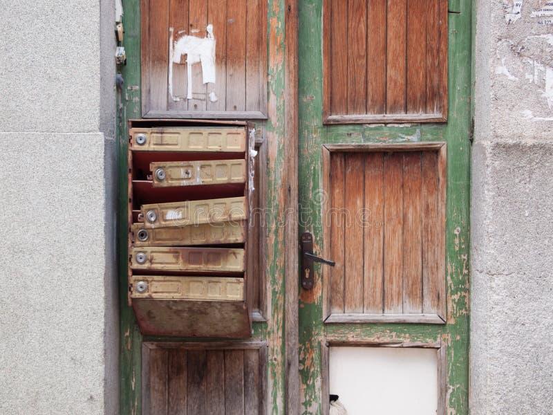 Stara skrzynka pocztowa na drewnianym drzwi zdjęcia stock