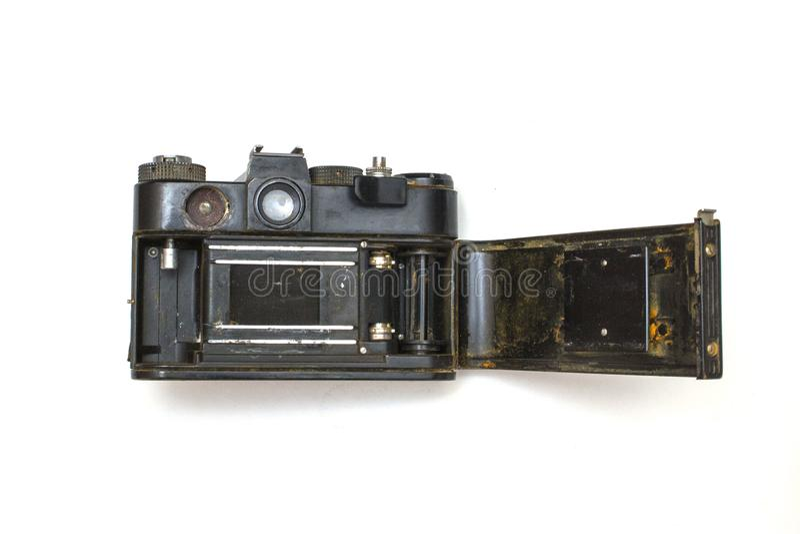 Stara SLR kamera rdzewiał od spadać w wodę na białym odosobnionym tle, zdjęcia stock