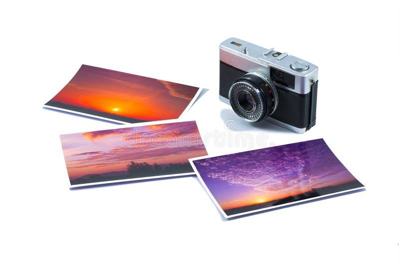 Stara SLR kamera z fotografia drukami odizolowywającymi na białym tle zdjęcie stock