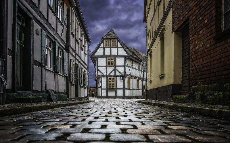 Stara spokojna ulica z ryglowymi domami fotografia royalty free