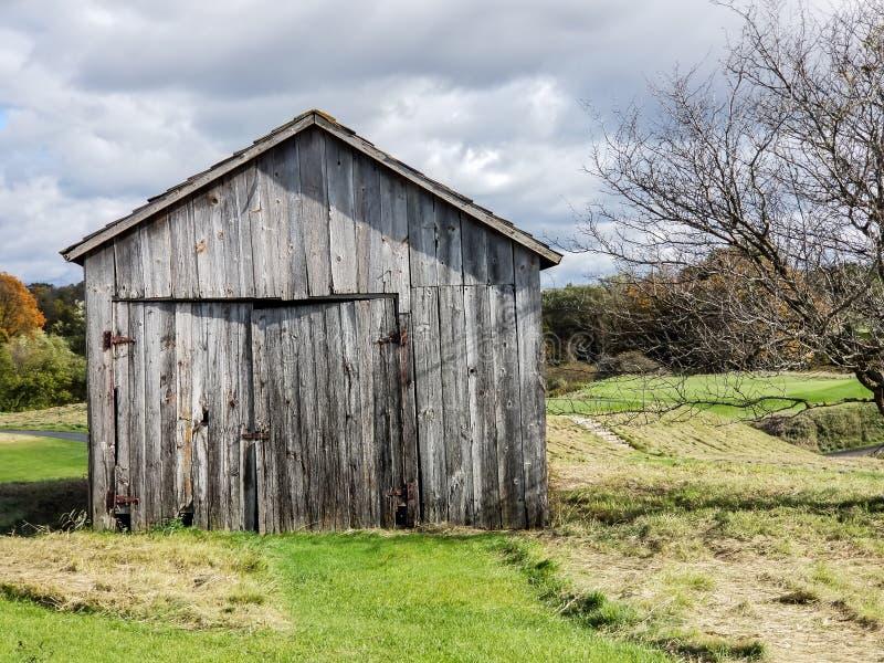 Download Stara Stajni Ir Jata Z Wietrzejącym Drewnem Na Gospodarstwie Rolnym Zdjęcie Stock - Obraz złożonej z farm, stary: 106917738
