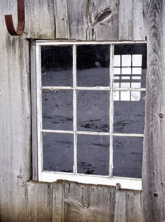 Download Stara Stajnia Lub Jata Z Wietrzejącym Drewnem Na Gospodarstwie Rolnym Zdjęcie Stock - Obraz złożonej z zachodni, zima: 106918316