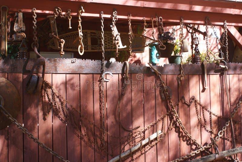 Stara stajnia z ośniedziałymi rolnymi narzędziami obrazy stock