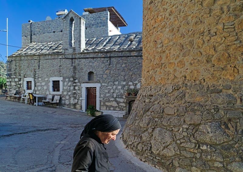 Stara starsza lokalna kobieta w średniowiecznej wiosce, Chios, Grecja zdjęcia stock
