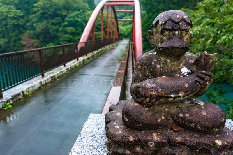 Stara statua idol z ryba i monety darowiznami obrazy royalty free