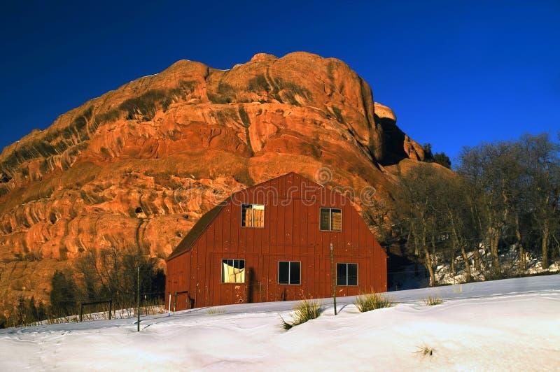 stara stodoła śnieg obrazy stock