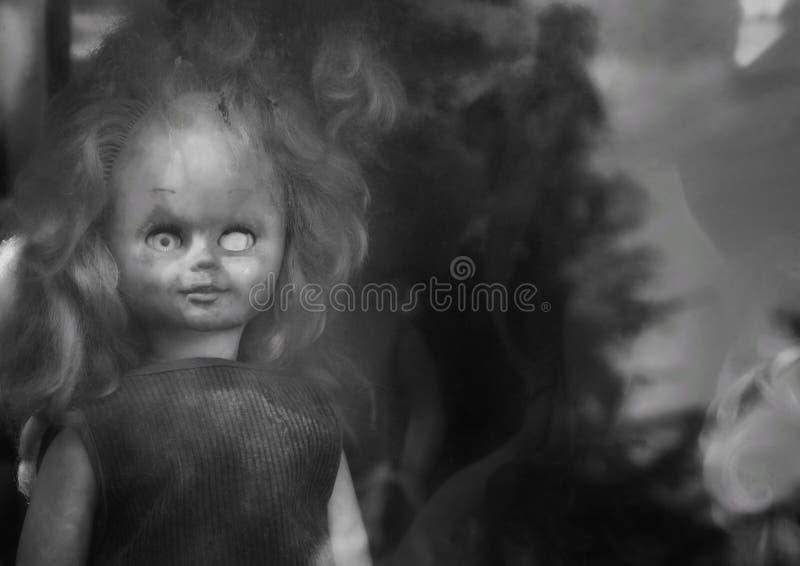 Stara straszna rzucająca lala bez jeden oka zdjęcia royalty free