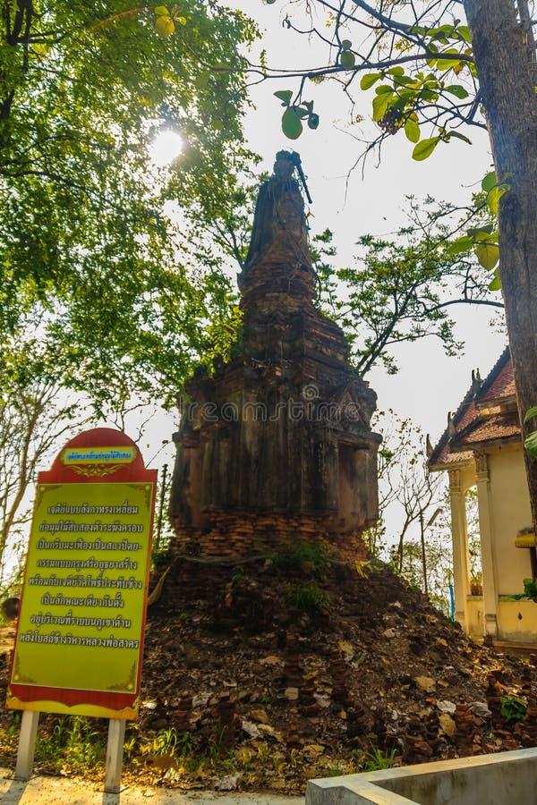 Stara styl pagoda budował cegły na szczycie przy Watem Khao Rup Chang lub świątynia słonia wzgórze, Phichit, Tajlandia obrazy stock
