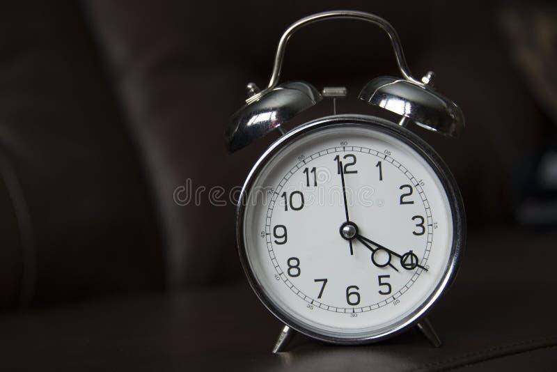 Stara szkoła zegar przy 4:20 zdjęcia stock