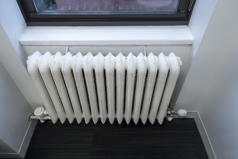 Stara szkoła biały klasyczny wodny nagrzewacz okno biuro lub dom obrazy royalty free