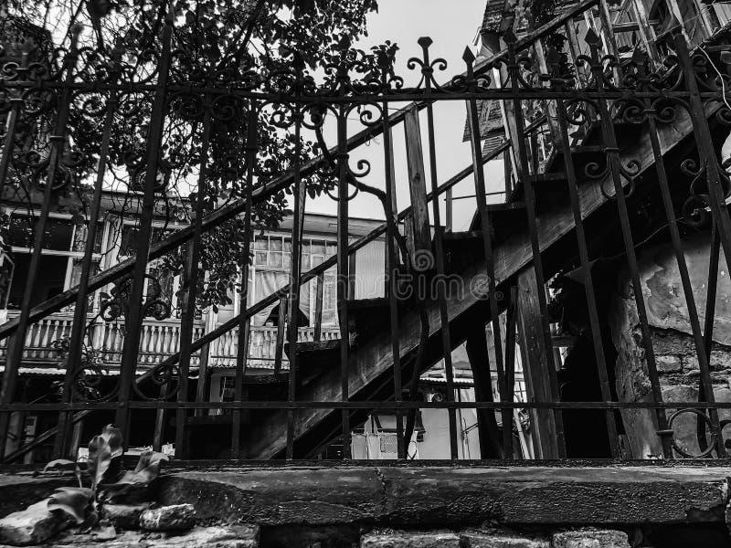 Stara Tbilisi architektura, jard, okno, starzy ?elazni schodki w letnim dniu zdjęcia royalty free