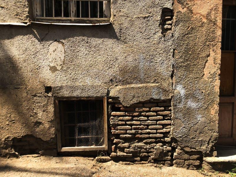 Stara Tbilisi architektura, jard, okno w letnim dniu stara ceglana ?ciana obrazy royalty free