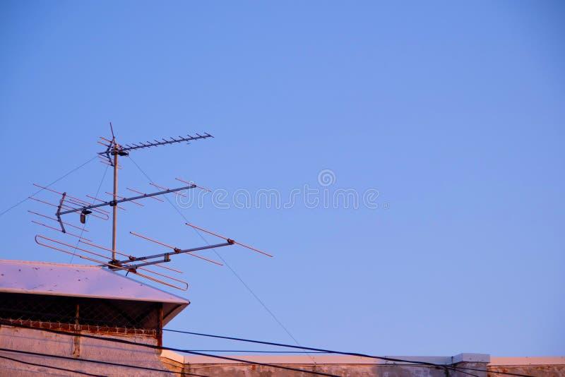 Stara telewizyjna antena na dachu dom i niebieskim niebie w tle fotografia stock