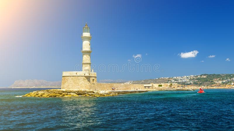 Stara 16th centurary latarnia morska przy schronienia enterance Chania na Greckiej wyspie Crete zdjęcie royalty free