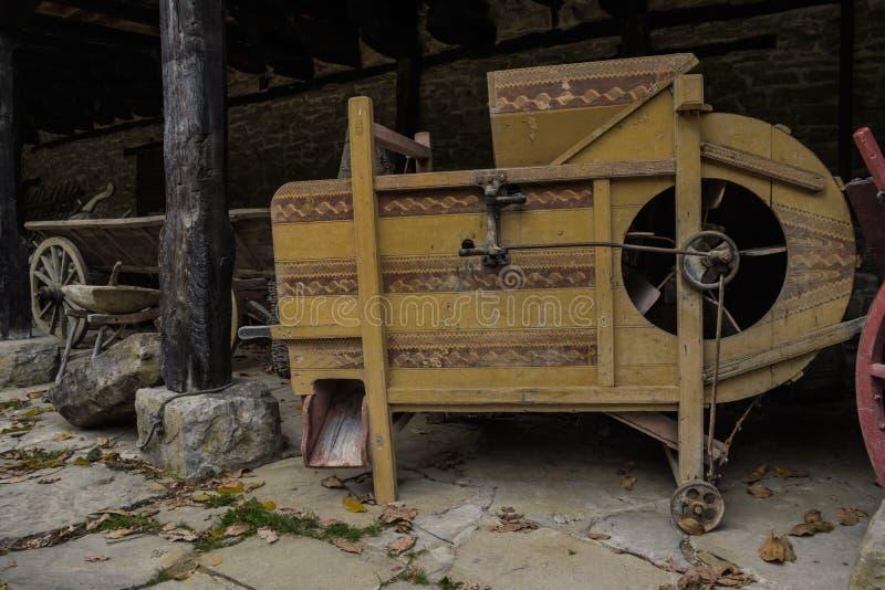 Stara tkactwo maszyna opuszczał pod jatą zdjęcie stock