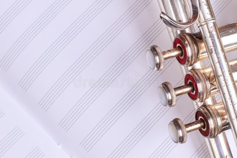 Stara trąbka na muzykalnych notatek prześcieradle zdjęcie royalty free