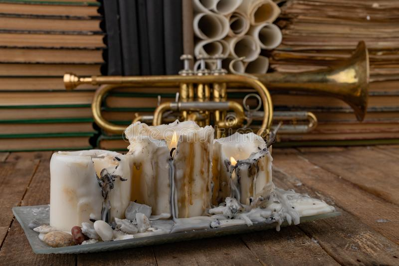 Stara trąbka zakrywająca z śniedzią na starym drewnianym stole Instrument muzyczny i stare książki obraz royalty free