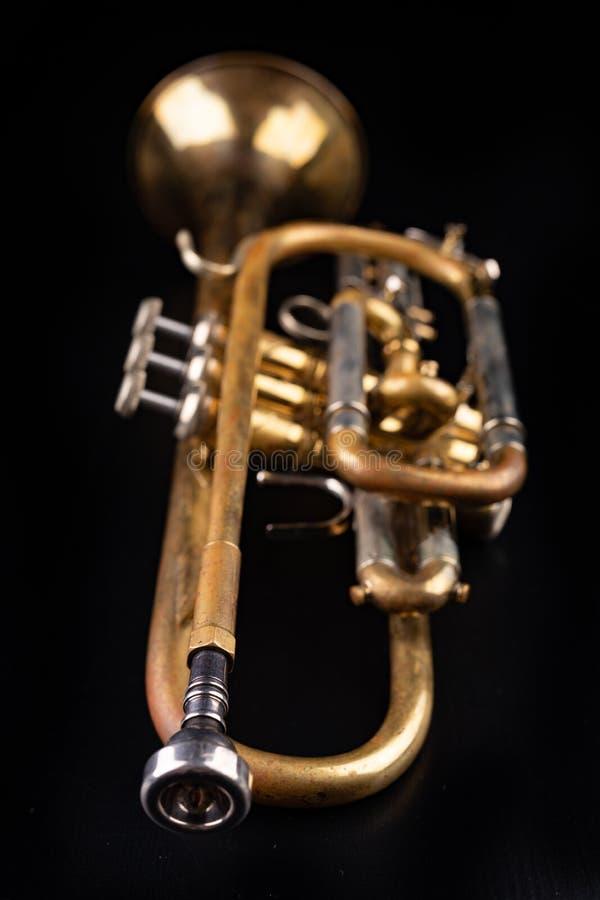 Stara tr?bka na ciemnym drewnianym stole Wiatrowy instrument w starym stylu zdjęcia royalty free
