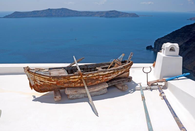 Stara tradycyjna łódź na tarasie, Santorini wyspa obrazy stock