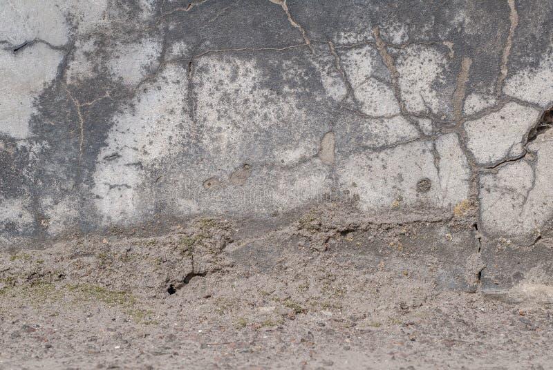 Stara tynk ściana, odłupana farba, krajobrazu styl, szara tekstura, tło zdjęcia royalty free