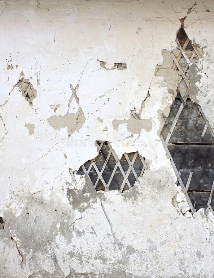 Stara tynk ściana z krakingowym tynkiem i stare bele zdjęcie royalty free