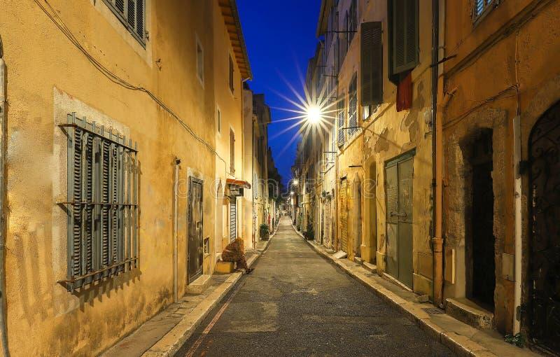Stara ulica w historycznym kwartalnym Panierze Marseille w Południowym Francja przy nocą zdjęcia royalty free