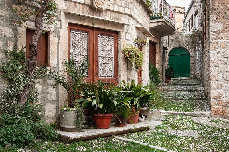 Stara ulica w Vis, z kamiennymi domami i kwiatów garnkami obrazy stock