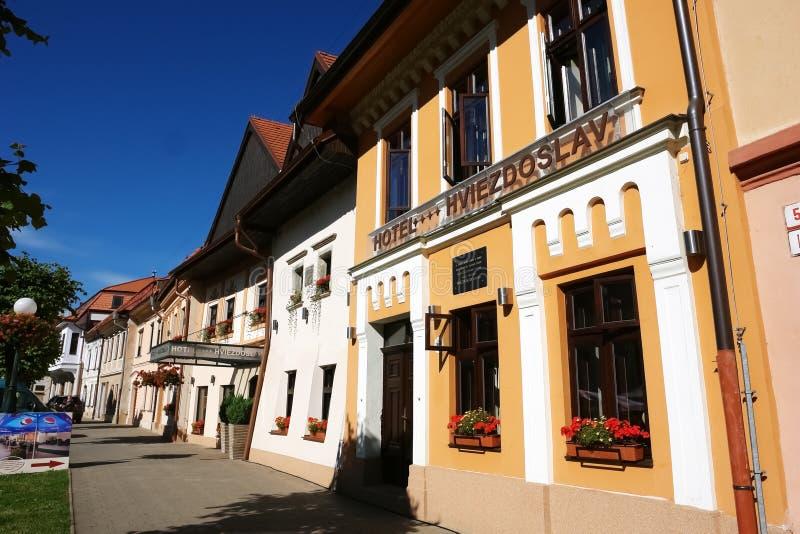 Stara ulica z projektującym hotelem zdjęcia royalty free