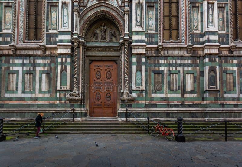 Stara ulica z wielkimi kościelnymi drzwiami fotografia royalty free