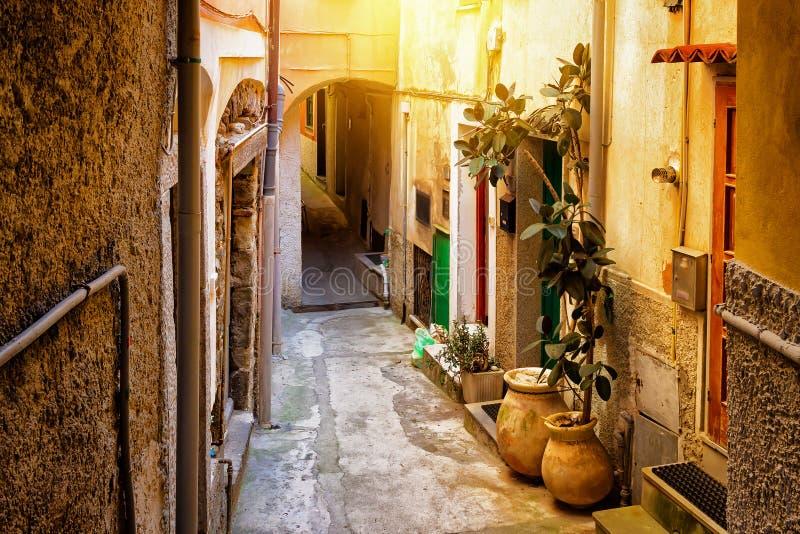 Stara wąska ulica z łukiem w Riomaggiore obraz royalty free
