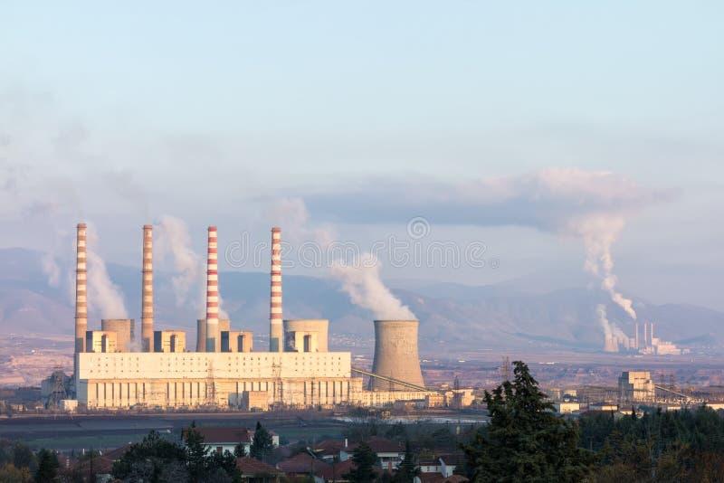 Stara węglowa elektrownia blisko do wioski między Kozani i Ptolemaida, północny Grecja zdjęcia royalty free