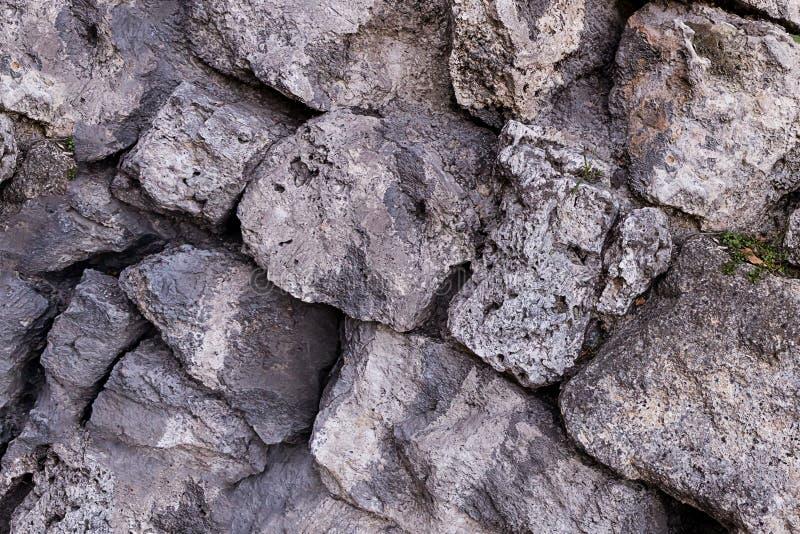 Stara wapiennicza blokowa kamiennej ściany tła geologii nierówna łamająca łamająca rockowa wapiennicza tekstura mocno obrazy royalty free