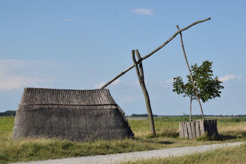 Stara well i płochy kabina Neusiedlersee zdjęcia stock