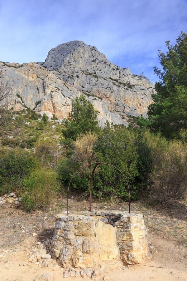 Stara well pobliska góra Sainte Victoire obrazy royalty free