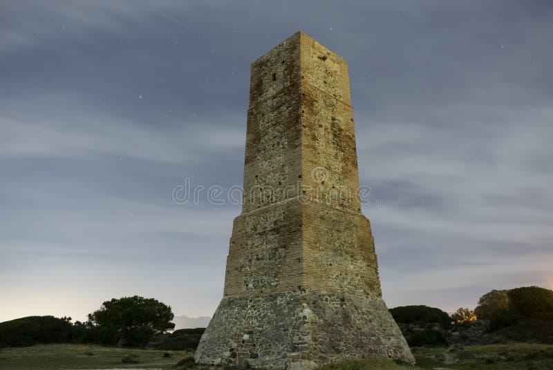 Stara wieża obserwacyjna na plaży Cabopino Marbella fotografia stock