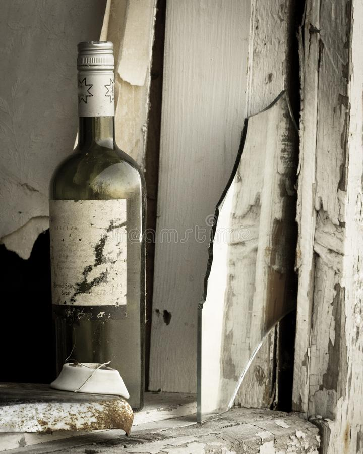 Stara wino butelka w starym domu obraz stock