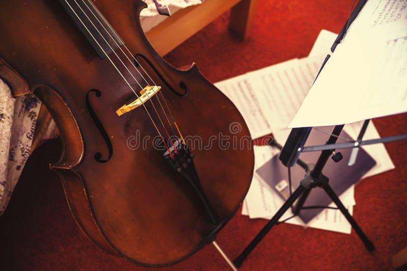 Stara wiolonczela i Muzyczni prześcieradła obraz stock